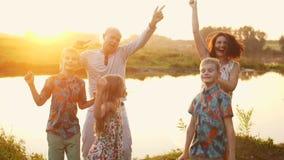 Familie, die auf das Strandglück Konzept geht stock video footage