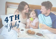 Familie, die auf dem Bett für Juli 4. kühlt Stockbilder