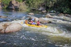 Familie, die auf dem Fluss Kayak fährt Flößen auf dem südlichen Wanzenfluß stockfotos