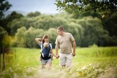 Familie auf dem Bauernhof Stockfotos