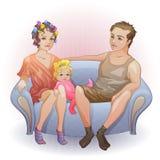 Familie, die auf dem Sofa sitzt Lizenzfreies Stockbild