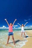 Familie, die auf dem Strand in Okinawa spielt Stockfotografie