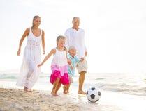 Familie, die auf dem Strand spielt Stockfoto