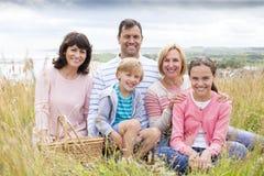 Familie, die auf den Sanddünen sitzt Lizenzfreie Stockbilder