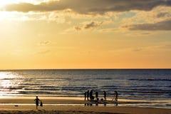 Familie, die auf den Sonnenaufgang wartet Stockfoto