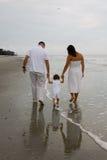 Familie, die auf den Strand geht Stockfotografie