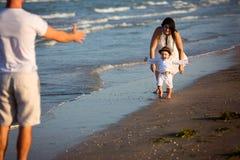 Familie, die auf den Strand geht Lizenzfreies Stockfoto