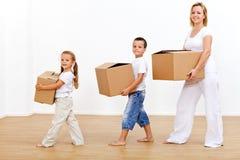Familie, die auf ein neues Haus einzieht Stockbilder