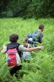 Familie, die auf einem Gebiet wandert Stockfotografie