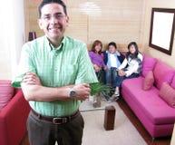 Familie, die auf einem Sofa sitzt Lizenzfreies Stockbild