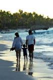 Familie, die auf einen Strand geht Stockfotos