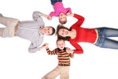 Familie, die auf Fußboden liegt lizenzfreies stockfoto