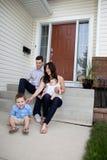 Familie, die auf Jobstepps sitzt Stockfotos