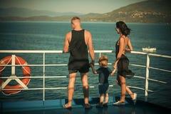 Familie, die auf Kreuzschiff am sonnigen Tag reist Familie mit nettem Sohn auf Sommerferien Vater-, Mutter- und Kinderstand stockbild