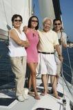 Familie, die auf Segelboot (Porträt, lächelt) Lizenzfreie Stockfotografie