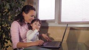 Familie, die auf Skype spricht stock footage