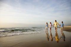 Familie, die auf Strand geht lizenzfreies stockbild