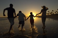 Familie, die auf Strand genießt lizenzfreie stockfotografie