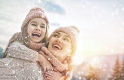 Familie, die auf Winterweg spielt stockfotos