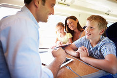 Familie, die auf Zug-Reise sich entspannt stockfoto