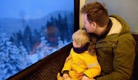 Familie, die aus dem Fenster des Zugs heraus während der Reise auf cogwh schaut stockbild