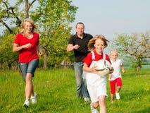 Familie, die Ballspiele spielt Stockfoto