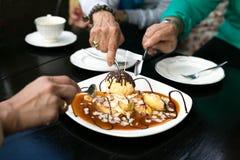 Familie, die Bananen Krepp und Eiscreme habend genießt Lizenzfreie Stockfotografie