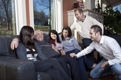 Familie die bejaarde verwant bezoekt bij een pensionering h Royalty-vrije Stock Afbeelding