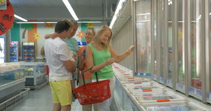 Familie die in bevroren productensectie winkelen stock video