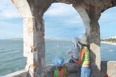 Familie die bij het surfen kijkt Stock Afbeeldingen