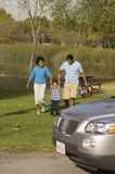 Familie die bij Park genieten van Royalty-vrije Stock Afbeeldingen