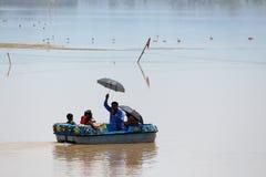 Familie, die Bootfahrt während der heißen Sommerferien genießt lizenzfreies stockfoto