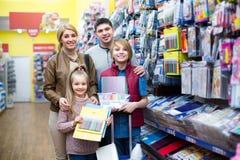 Familie, die Briefpapier im Speicher wählt Stockfotografie
