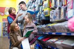 Familie, die Briefpapier im Speicher wählt Stockbilder