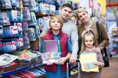Familie, die Briefpapier im Speicher wählt Stockfoto