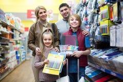Familie, die Briefpapier im Speicher wählt Lizenzfreies Stockbild
