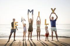 Familie die brieven steunen bij het strand royalty-vrije stock fotografie