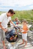 Familie, die Burger weg vom Grill isst Lizenzfreies Stockfoto