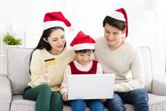 familie die Creditcard gebruiken aan Internet-het Winkelen stock afbeeldingen