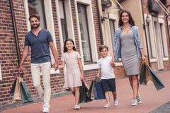 Familie, die das Einkaufen tut Stockfotografie