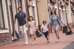 Familie, die das Einkaufen tut Stockbild
