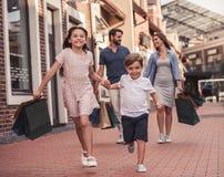 Familie, die das Einkaufen tut Stockbilder