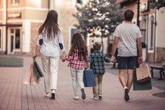 Familie, die das Einkaufen tut Lizenzfreies Stockfoto