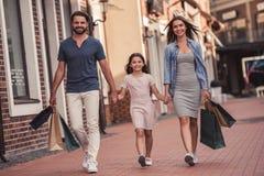 Familie, die das Einkaufen tut Stockfoto