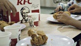 Familie, die das Mittagessen bei KFC genießt Lizenzfreie Stockfotos