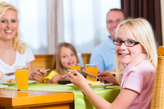 Familie, die das Mittagessen oder Abendessen isst Stockfotos
