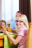 Familie, die das Mittagessen oder Abendessen isst Lizenzfreie Stockfotos