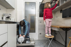 Familie die de afwasmachine leegmaken Royalty-vrije Stock Foto's