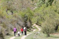 Familie, die in De Arriba Cañadas de Haches wandert Stockfotos