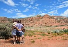 Familie die in de bergen op vakantie wandelen stock afbeelding